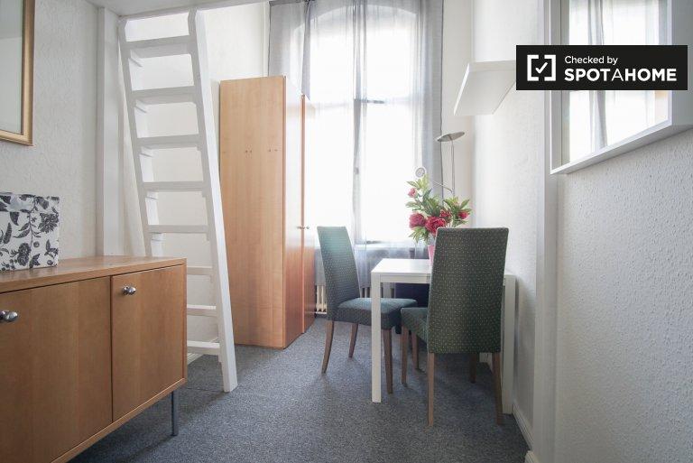 Jasny pokój w apartamencie z 5 sypialniami w Mitte w Berlinie