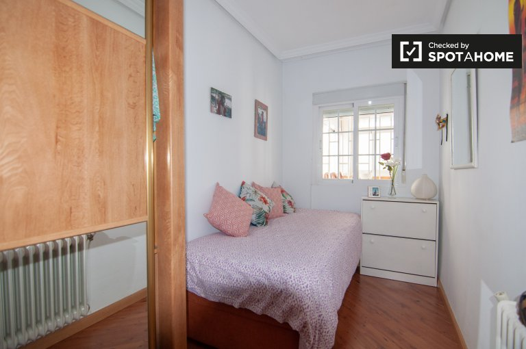 Cozy room in 2-bedroom apartment in Villaverde, Madrid