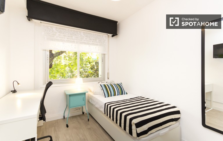 Single Bed in Rooms for rent in modern 8-bedroom house - Guindalera