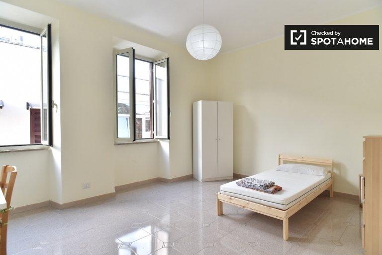 Geräumiges Zimmer in einer Wohngemeinschaft mit 3 Schlafzimmern in Torre Angela