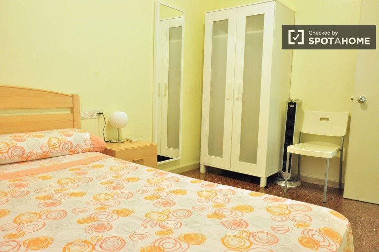 Double Bed in Rooms for rent in 2-bedroom apartment for rent in Sants, very close to Camp Nou