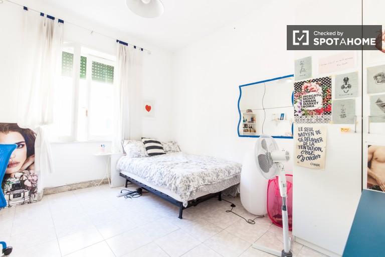 Chambre partagée meublée dans un appartement de 4 chambres à San Giovanni