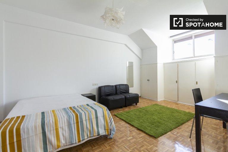 Kiralık rahat oda, 10 yatak odalı daire, Tetuán, Madrid
