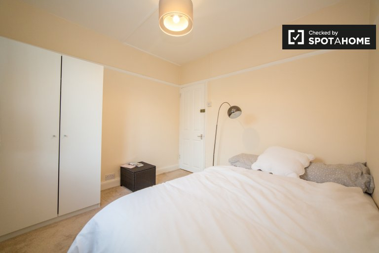 Room in 2-bedroom houseshare in Merton, London