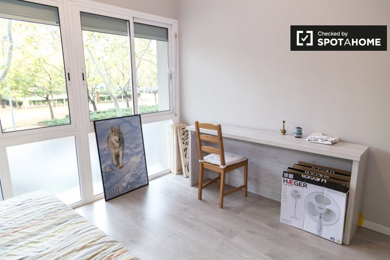 Room for rent, 2-bedroom apartment, Sant Martí