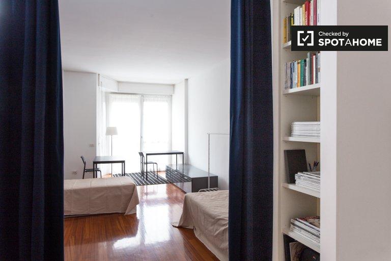 Lit soigné dans un appartement de 2 chambres à coucher à Fiera Milano, Milan