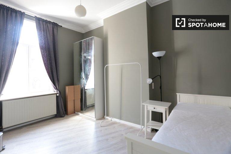 Quarto espaçoso em apartamento de 3 quartos, Bairro Europeu