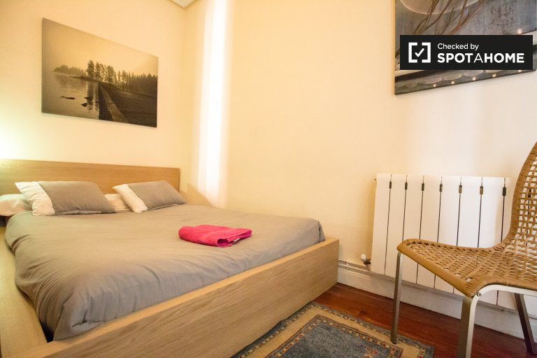 Twin Beds in Rooms to rent in bright 4-bedroom apartment in vibrant Ibaiondo