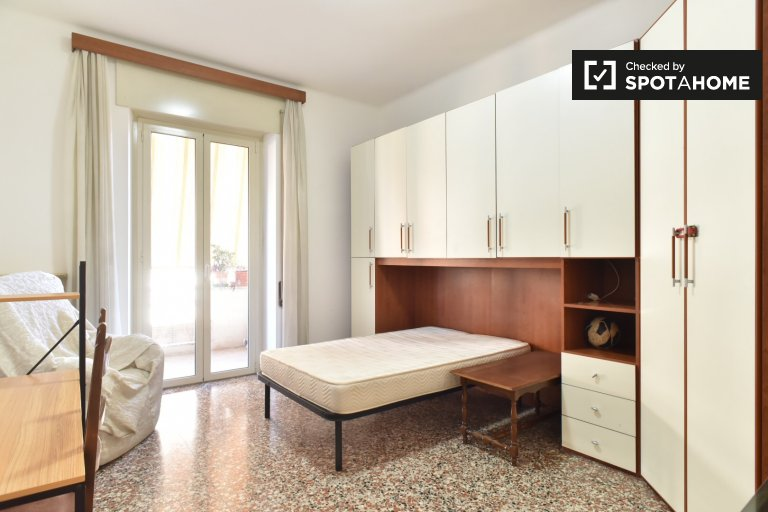 Sunny room for rent in Trieste, Rome