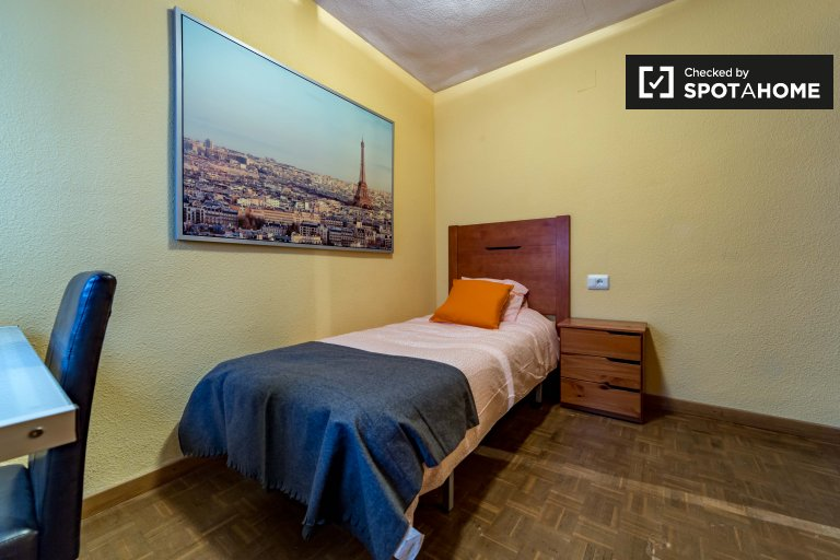 Single Bed in Rooms to rent in bright and colourful 4-bedroom apartment in Algirós