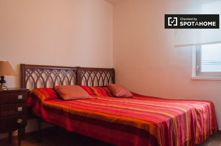 Se alquila habitación en piso de 3 dormitorios en Moratalaz, Madrid