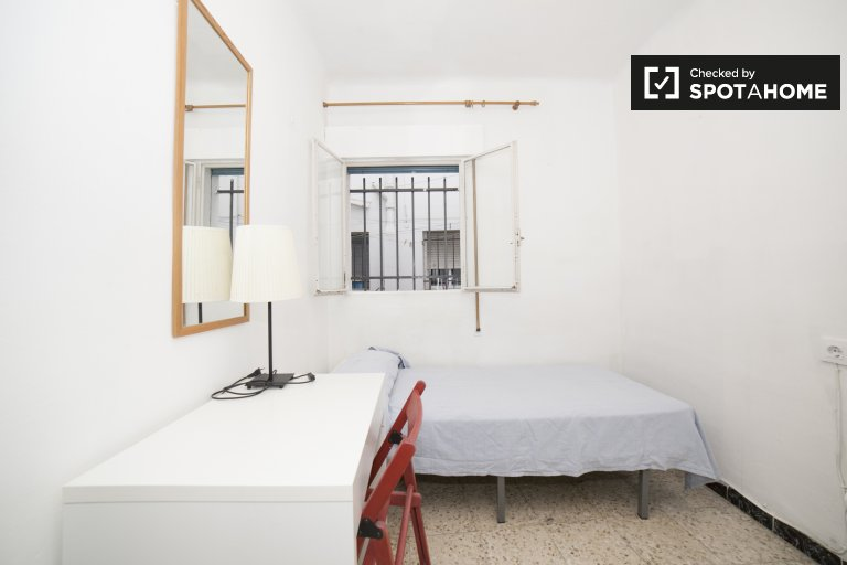 Single Bed in Rooms for rent in bright 3-bedroom apartment in El Arenal