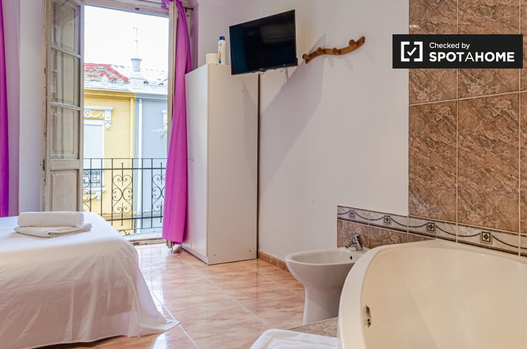 Double room for rent, 6-bedroom apartment, Quatre Carreres