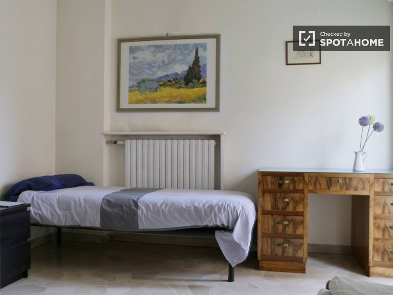 Single Bed in Rooms with balcony in 2 bedroom apartment in Citta Studi