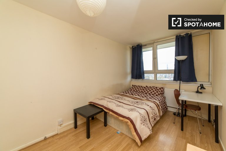 Bright room in 3-bedroom apartment in Shadwell, London