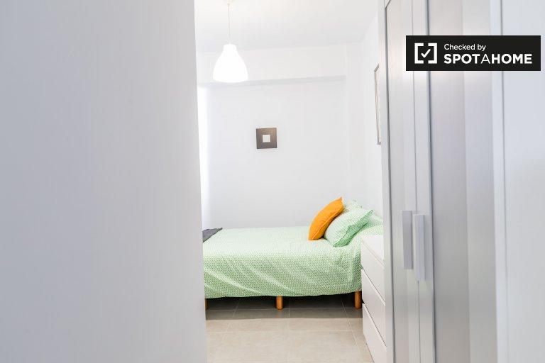 Chambre confortable dans un appartement de 4 chambres à Poblats Marítims