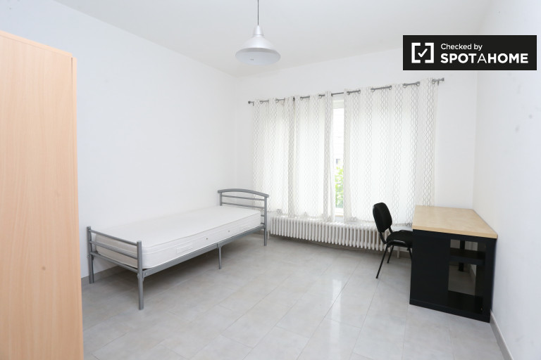 Intimate room in 7-bedroom apartment in Jette, Brussels