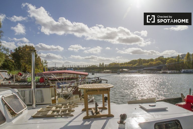 Charming 1-bedroom boat for rent in the 16th arrondissement, Paris