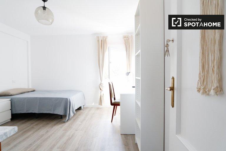 Pokój do wynajęcia w 3-pokojowym mieszkaniu na Puerta del Angel
