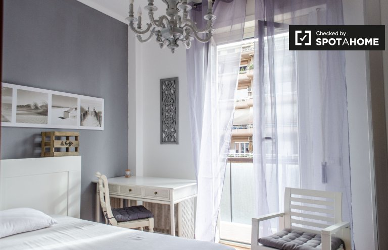 Chambre lumineuse dans un appartement de 4 chambres à Ostiense, Rome