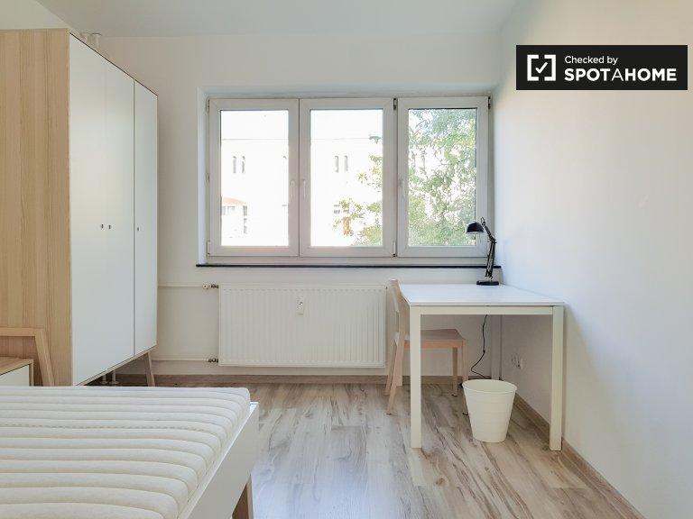 Jasny pokój w apartamencie z 3 sypialniami w Charlottenburg