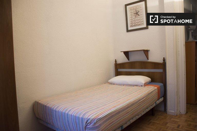 Habitación exterior en piso de 3 dormitorios en Lavapiés, Madrid