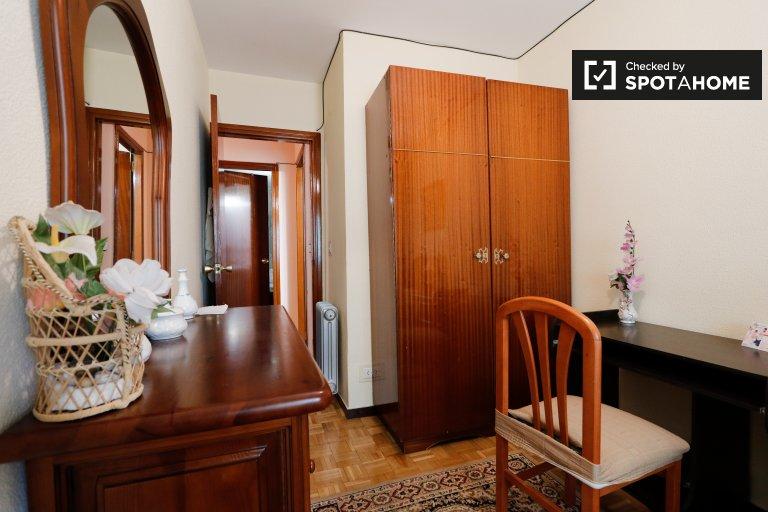 Se alquila habitación en apartamento de 3 dormitorios en Villa de Vallecas.