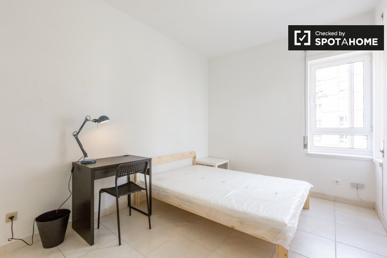 Przestronny pokój w apartamencie z 5 sypialniami w Marvila, Lisboa