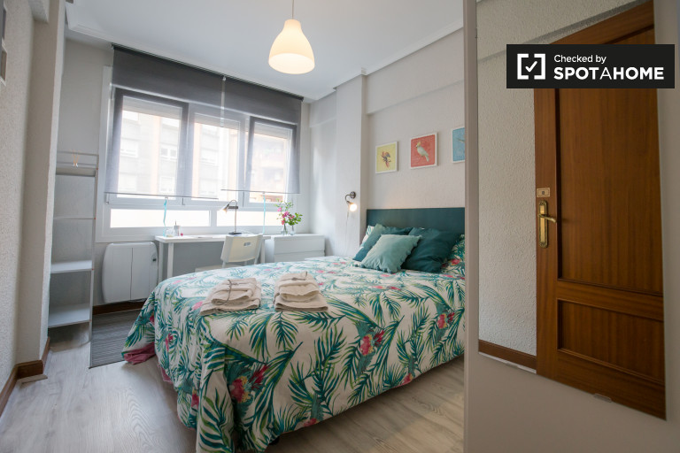 Double Bed in Rooms for rent in colourful 3-bedroom apartment in Uribarri