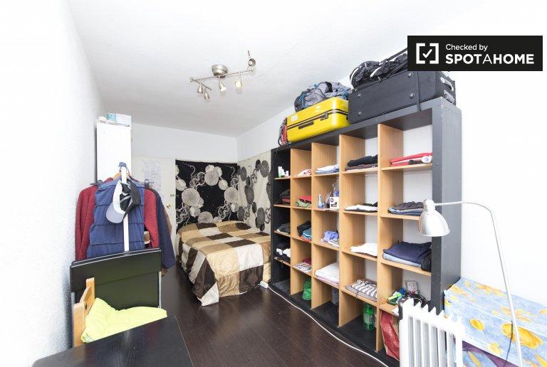 Room for rent in 4-bedroom apartment in Puente de Vallecas