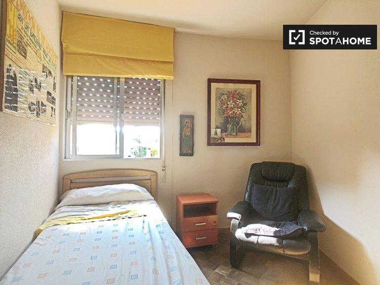 Petite chambre dans un appartement de 2 chambres à Ciudad Lineal, Madrid