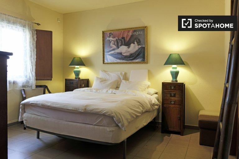 Amplia habitación en alquiler, casa de 3 dormitorios, Sol Avesso, Lisboa