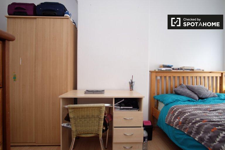 Słoneczny pokój w czteropokojowym mieszkaniu w Greenwich w Londynie