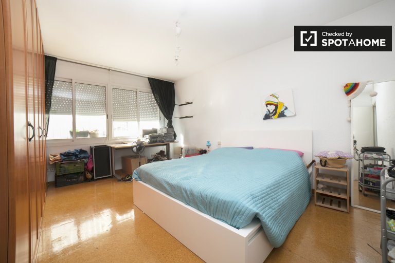 Spacious room in 4-bedroom house in Badalona, Barcelona