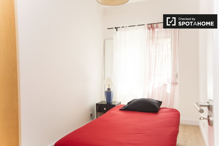 Room for rent in 4-bedroom apartment in Benfica, Lisbon