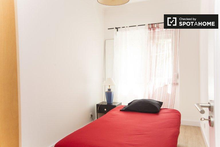 Zimmer zu vermieten in 4-Zimmer-Wohnung in Benfica, Lissabon