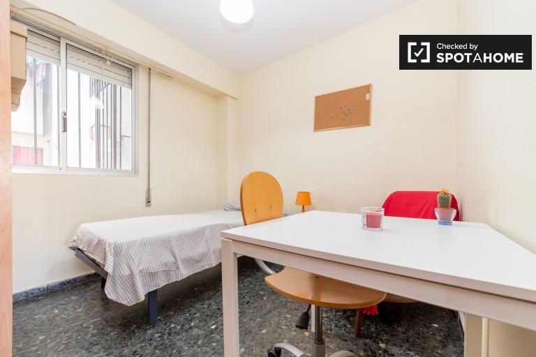 Camera luminosa in appartamento con 5 camere da letto a La Saïdia, Valencia