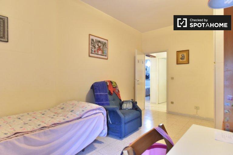Quarto acolhedor em apartamento de 4 quartos em Laurentina, Roma