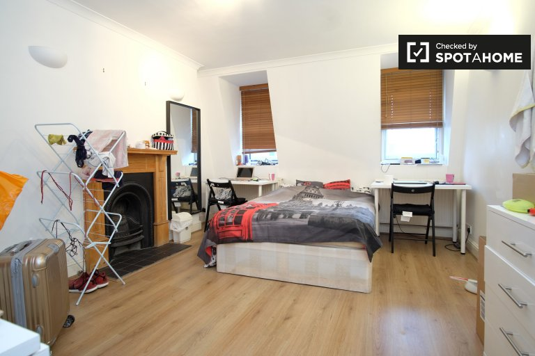 Double Bed in Furnished rooms to rent in 3-bedroom apartment in Putney