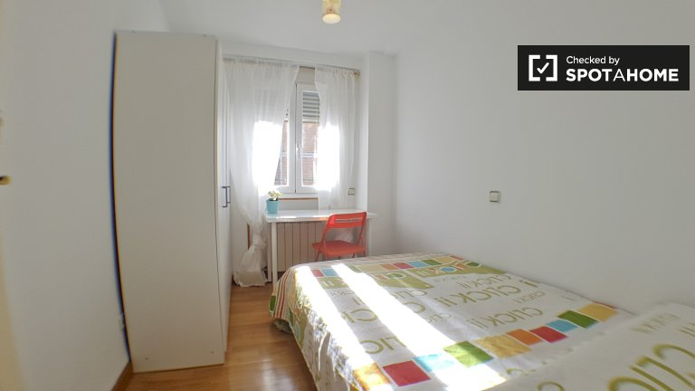 Bright room in 8-bedroom apartment in Aluche, Madrid
