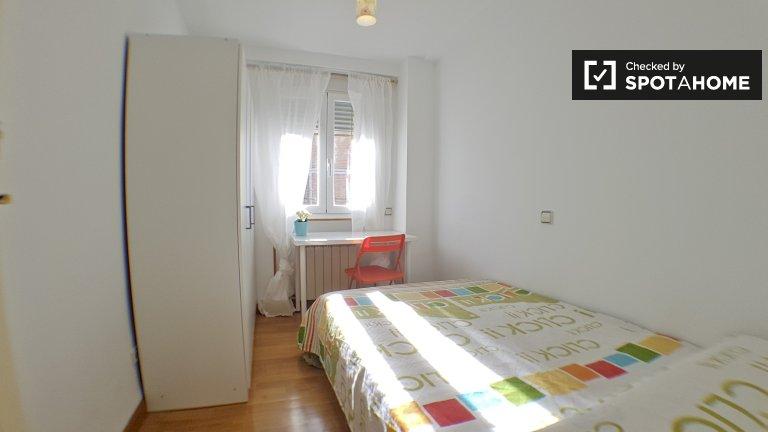 Chambre lumineuse dans un appartement de 8 chambres à Aluche, Madrid
