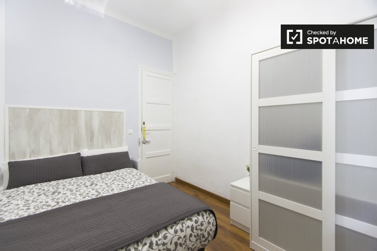 Furnished room in 3-bedroom apartment in Atocha, Madrid