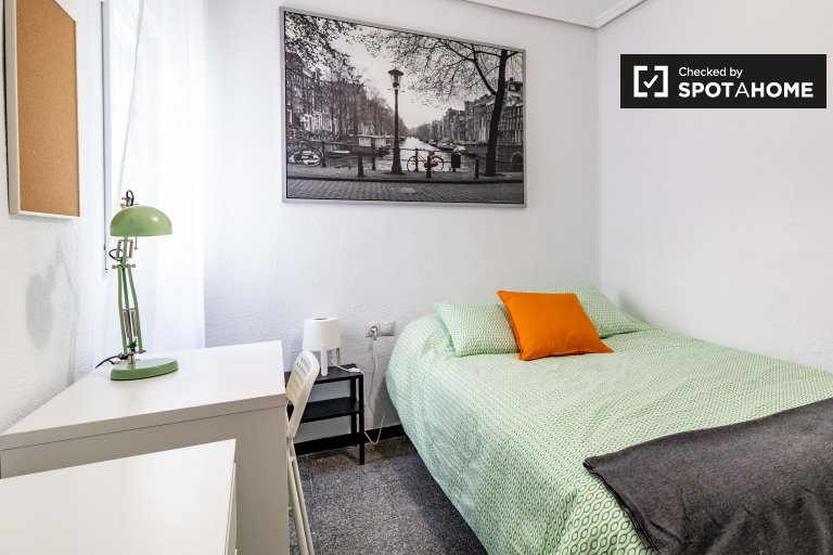 Sweet room for rent in 6-bedroom apartment in L'Eixample