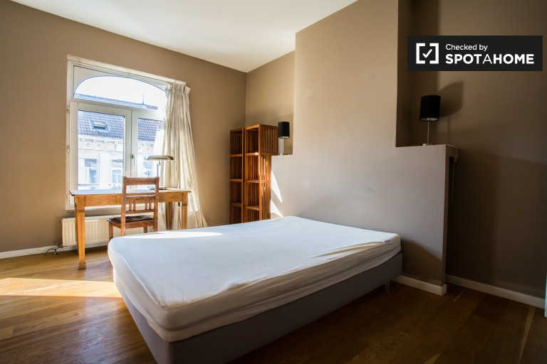 Double Bed in Rooms for rent in a 5-bedroom house with terrace in Brussels EU