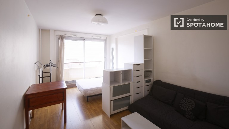 Luminous 3 Bedroom Apartment with Balcony in Clichy, Paris