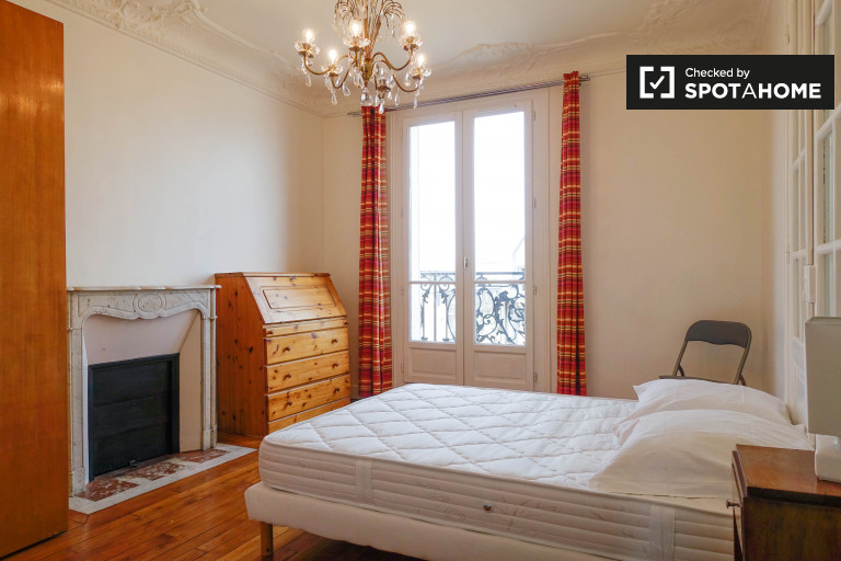 Beautiful room in 3-bedroom apartment in Courbevoie, Paris