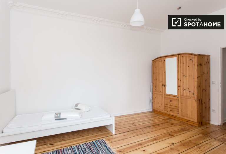 Sunny room in apartment with 2 bedrooms in Mitte, Berlin