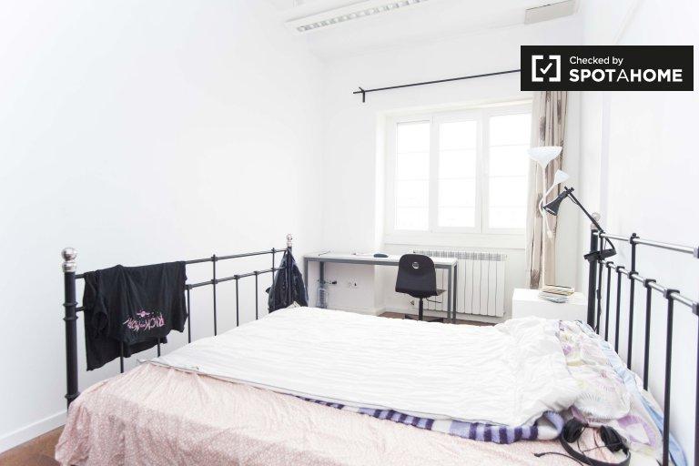 Zimmer zu vermieten in 10-Zimmer-Wohnung in Arroios, Lissabon