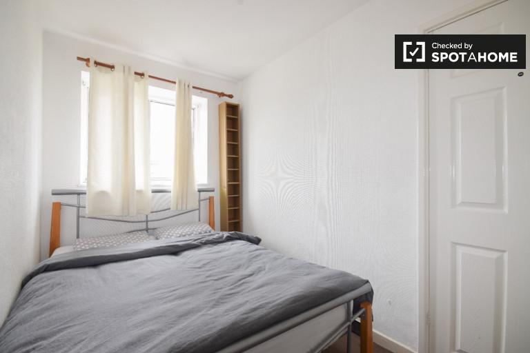Grande chambre dans un appartement de 4 chambres à Bow, Londres