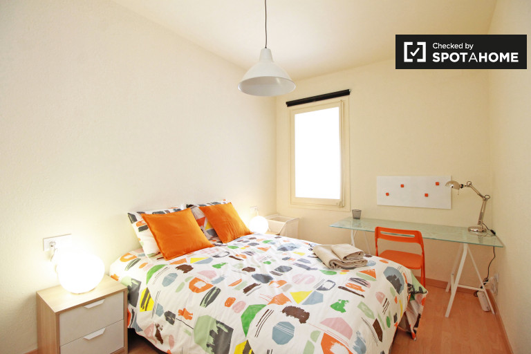Chambre extérieure dans un appartement partagé à Eixample, Barcelone